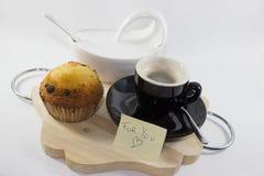 Kaffe på magasinet med muffin med vit bakgrund med trevlig writi arkivbild