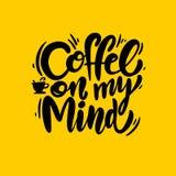 Kaffe på min utdragna bokstäver för meningsuttryckshand Modern borstekalligrafi Isolerad vektorillustration vektor illustrationer