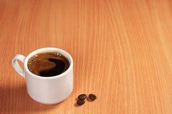 Kaffe på skrivbordet Arkivbild