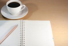 Kaffe på skrivbordet när som helst arkivfoton