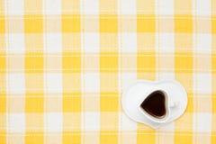 Kaffe på tabelltorkduken Arkivbild
