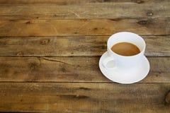 Kaffe på trä bordlägger Royaltyfria Bilder