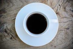 Kaffe på trä bordlägger Fotografering för Bildbyråer
