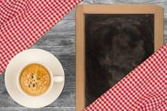 Kaffe på träbakgrund Royaltyfria Bilder