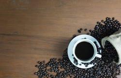 Kaffe på trät bordlägger Arkivbilder