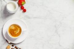 Kaffe på vit marmorbakgrund royaltyfria foton