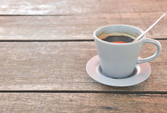 Kaffe på wood bakgrund Royaltyfria Foton