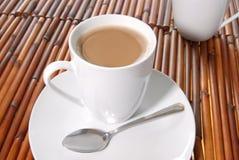 Kaffe, platta och sked Royaltyfri Fotografi