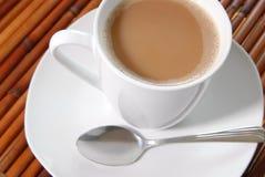 Kaffe, platta och sked Royaltyfri Foto