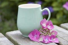 Kaffe rånar med blomman Royaltyfri Foto
