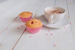 Kaffe rånar med bra morgon för kaka och för anmärkningar på den vita lantliga tabellen från den över, hemtrevliga och smakliga fr Royaltyfri Foto
