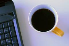 Kaffe rånar och bärbara datorn fotografering för bildbyråer