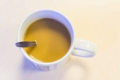 Kaffe rånar på skrivbordet Royaltyfria Bilder