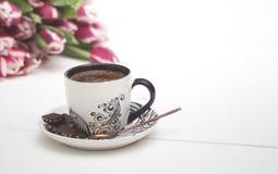 Kaffe rånar på vita bakgrund och tulpan Royaltyfri Fotografi