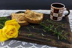 Kaffe, rostat bröd och rosor, romantisk frukost på Valentine' s-dag Tjänat som på ett träbräde med kopieringsutrymme royaltyfri fotografi