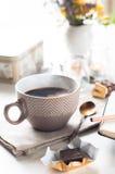 Kaffe, sötsaker och blommor Royaltyfri Foto