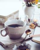 Kaffe, sötsaker och blommor Royaltyfria Foton