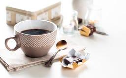 Kaffe, sötsaker och blommor Fotografering för Bildbyråer