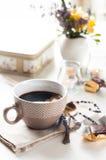 Kaffe, sötsaker och blommor Arkivbild