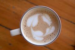 Kaffe sent i morgonen med den wood tabellen Arkivfoto