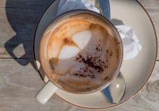 Kaffe sent i morgonen med den wood tabellen Arkivbilder