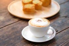 Kaffe sent med vitlökbröd på den wood plattan Arkivfoto
