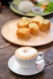Kaffe sent med vitlökbröd på den wood plattan Arkivfoton