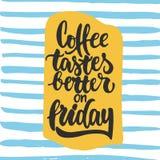Kaffe smakar bättre på fredag - räcka utdragen bokstäveruttrycksbakgrund Rolig borstefärgpulverinskrift för fotosamkopieringar stock illustrationer
