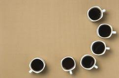 Kaffe som är klart att dricka på affärsmötet Arkivfoton