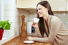 kaffe som dricker den avkopplade kvinnan arkivfoton