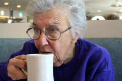 kaffe som dricker den höga kvinnan Fotografering för Bildbyråer