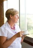 kaffe som dricker den höga kvinnan royaltyfri foto