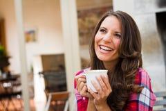 kaffe som dricker den lyckliga kvinnan Arkivbild