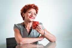 kaffe som dricker den mogna kvinnan royaltyfria foton