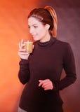 kaffe som dricker den nätt kvinnan Royaltyfri Foto