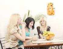 kaffe som dricker roliga flickvänner som har Arkivfoto