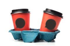 Kaffe som går koppar bär in, magasinet inklusive urklippbanan arkivfoto