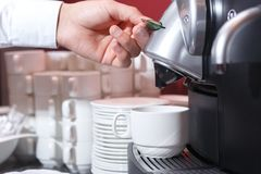 Kaffe som gör lättheter i kaffemaskinen royaltyfria bilder