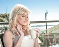 kaffe som har kvinnabarn Arkivfoton
