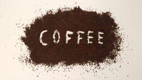 Kaffe som stavas ut i jordkaffe fotografering för bildbyråer