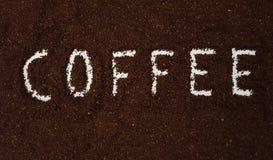 Kaffe som stavas ut i jordkaffe royaltyfri bild