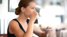 kaffe som tycker om kvinnabarn lager videofilmer