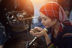 Kaffe som vars på maskinen fotografering för bildbyråer