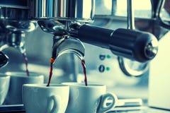 Kaffe Två koppar med ny espresso i kaffebryggare Royaltyfri Bild