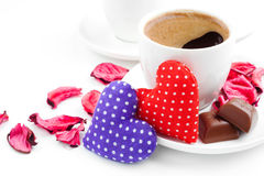 Kaffe två kuper, hjärtor, rosa petals för valentindag Arkivfoton