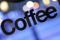 Kaffe undertecknar in fönstret Arkivfoto