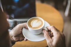 Kaffe varje person gillar det isolerade den täta hörlurarbilden för black slapp övre white för mikrofonblock royaltyfri foto