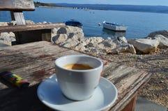 Kaffe vid havet Fotografering för Bildbyråer