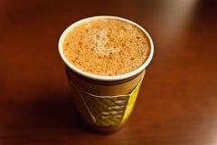 Kaffeamericano i pappers- för avhämtning kopp Arkivfoton