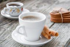 Kaffeavbrott, frukostkopp kaffe med ljusbrun cooki Royaltyfria Bilder